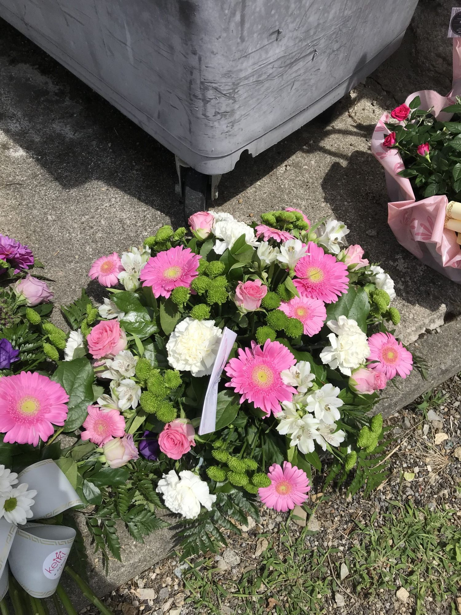 deuil-gerbe-de-fleurs-gerbera-rose-et-blanc